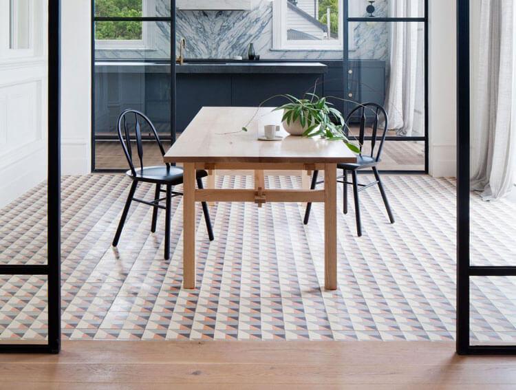 Combinar suelos de madera con cerámica, éxito asegurado.